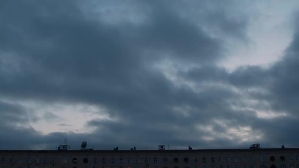 Nad budovou se pohybují mraky. Pozadí oblohy