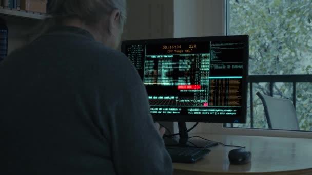 Starší žena hackuje počítač. Vtipná situace