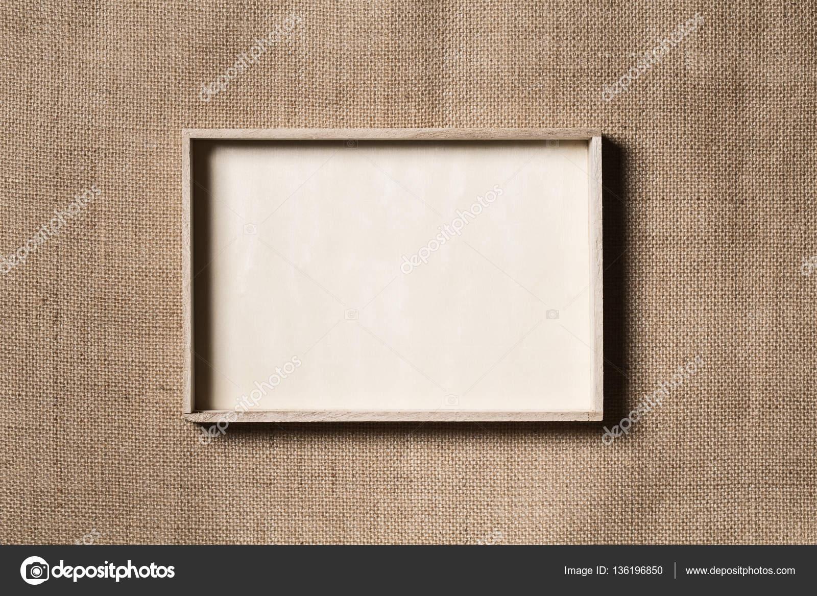 Marco de arpillera, madera frontera sobre fondo de tela de saco ...