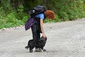 Turista se psem v lese