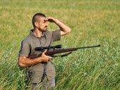 Fotografie Wildlife hajný s puškou