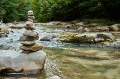 A zen tornyokba rendezett kövek