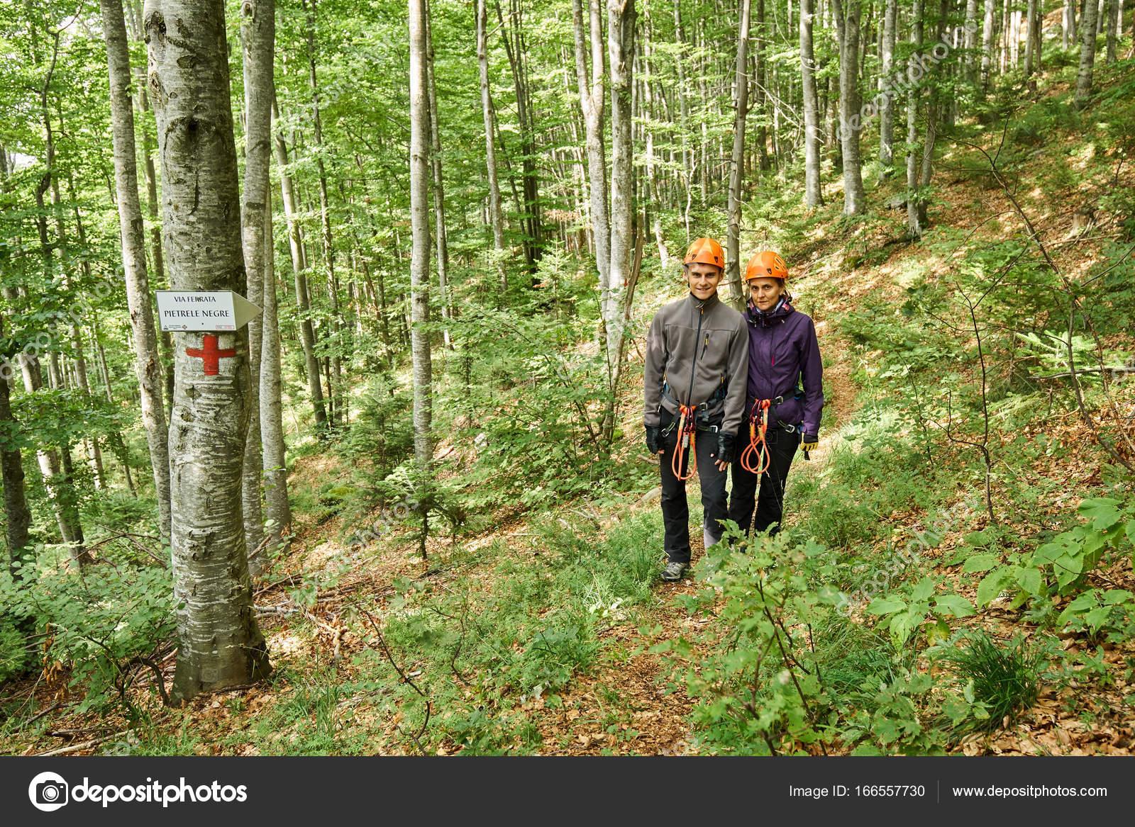 Klettersteig Ausrüstung : Menschen mit über klettersteig ausrüstung u stockfoto xalanx