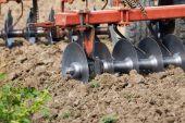 Traktor hrůzný zoraná pole