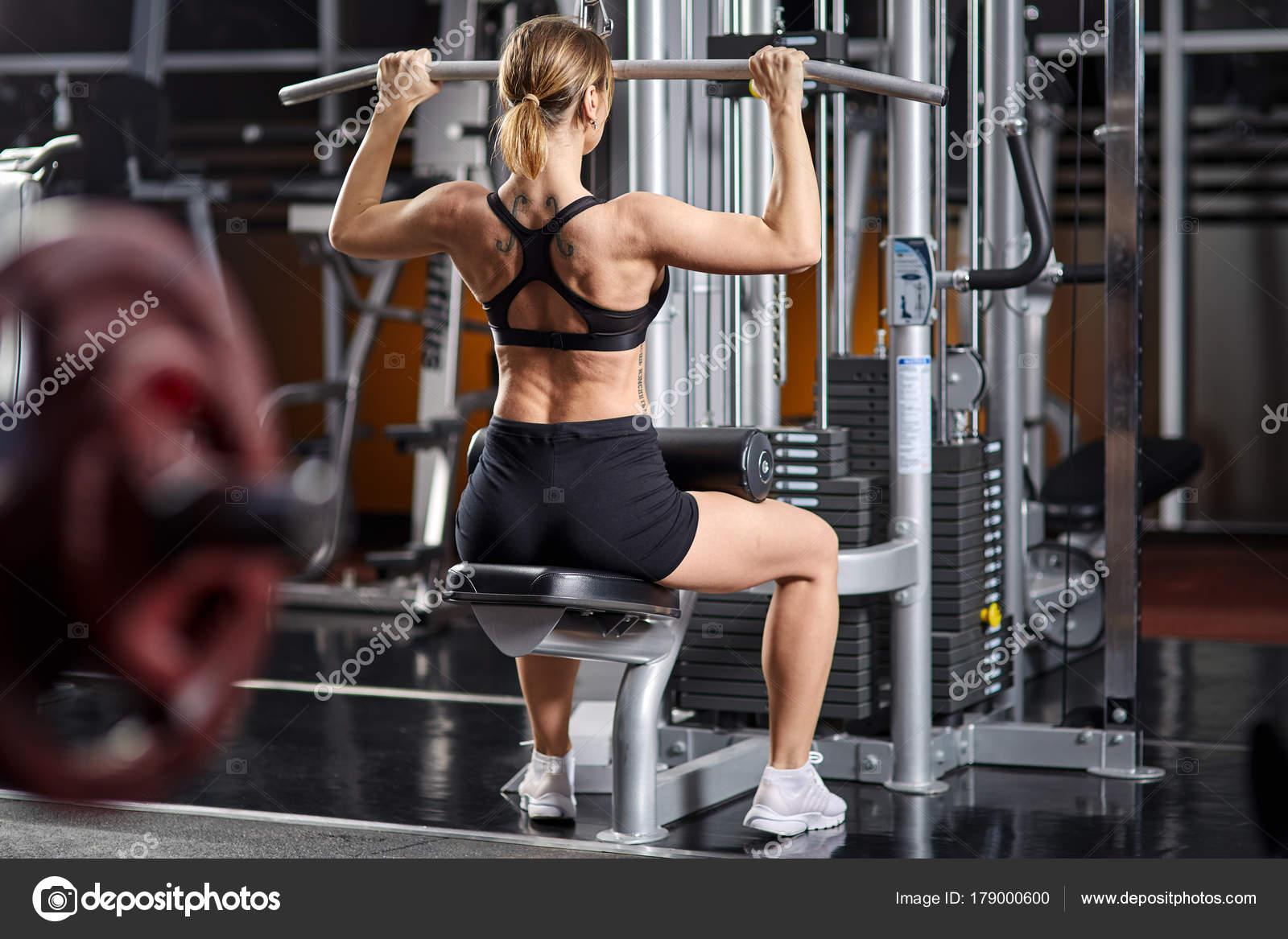 Reife Blondine arbeitet Beine in der Turnhalle