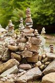 Fotografia Ciottoli di fiume disposti in artistico zen-come stack