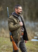 Dupla hordó fegyver a váll állandó erdőben vadász