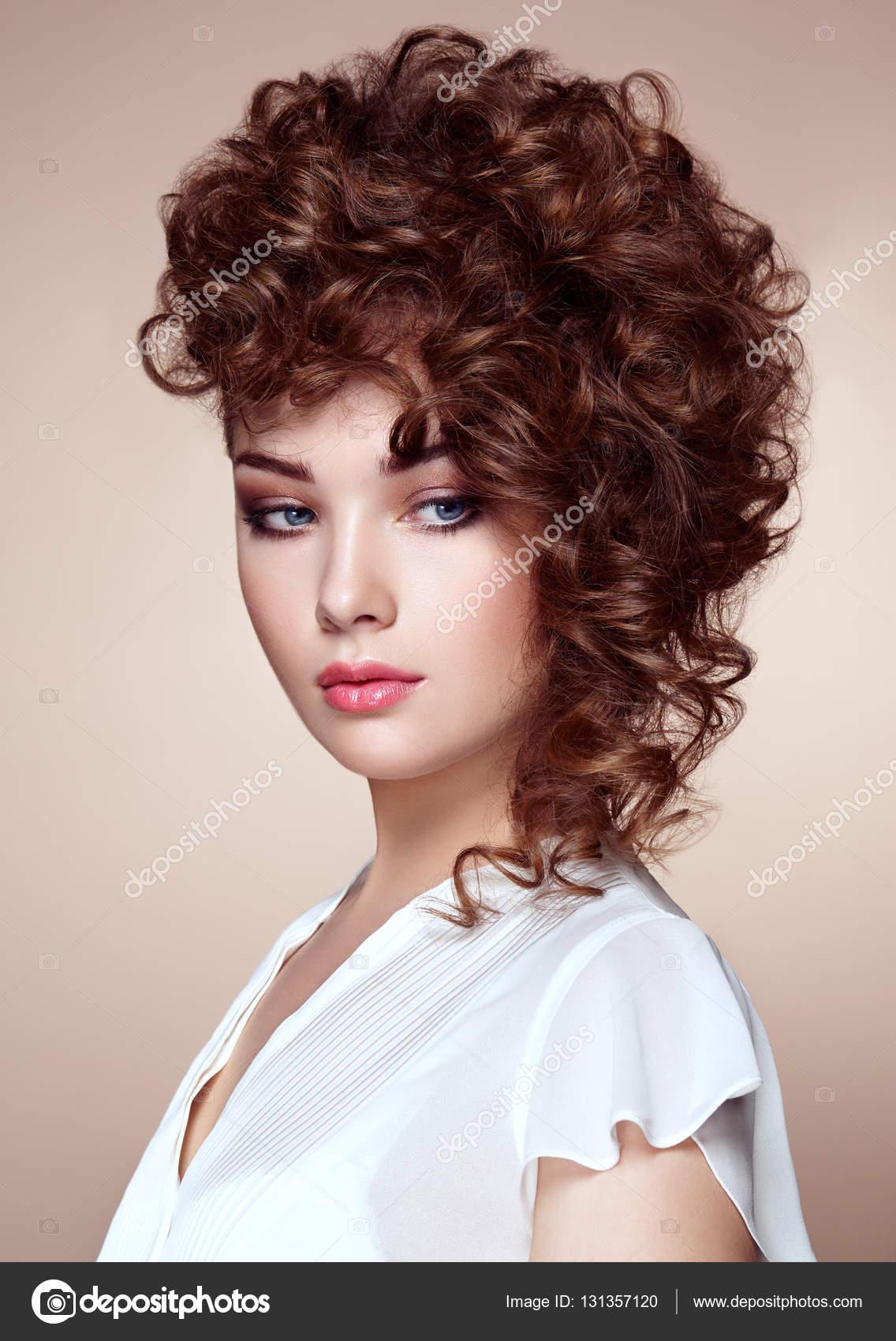 mujer morena con el pelo rizado y brillante u fotos de stock