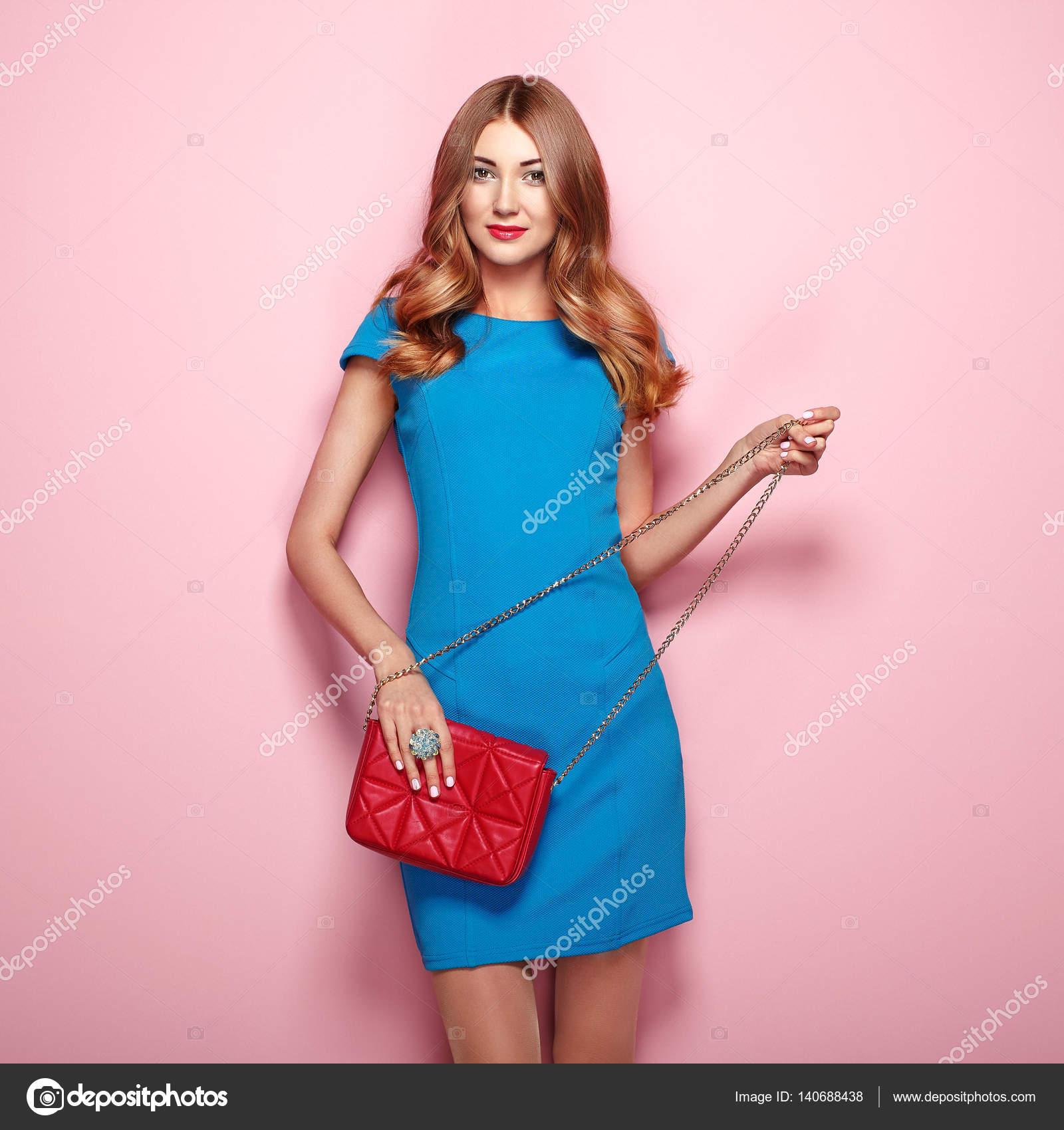 Девушка в синем и розовом платье