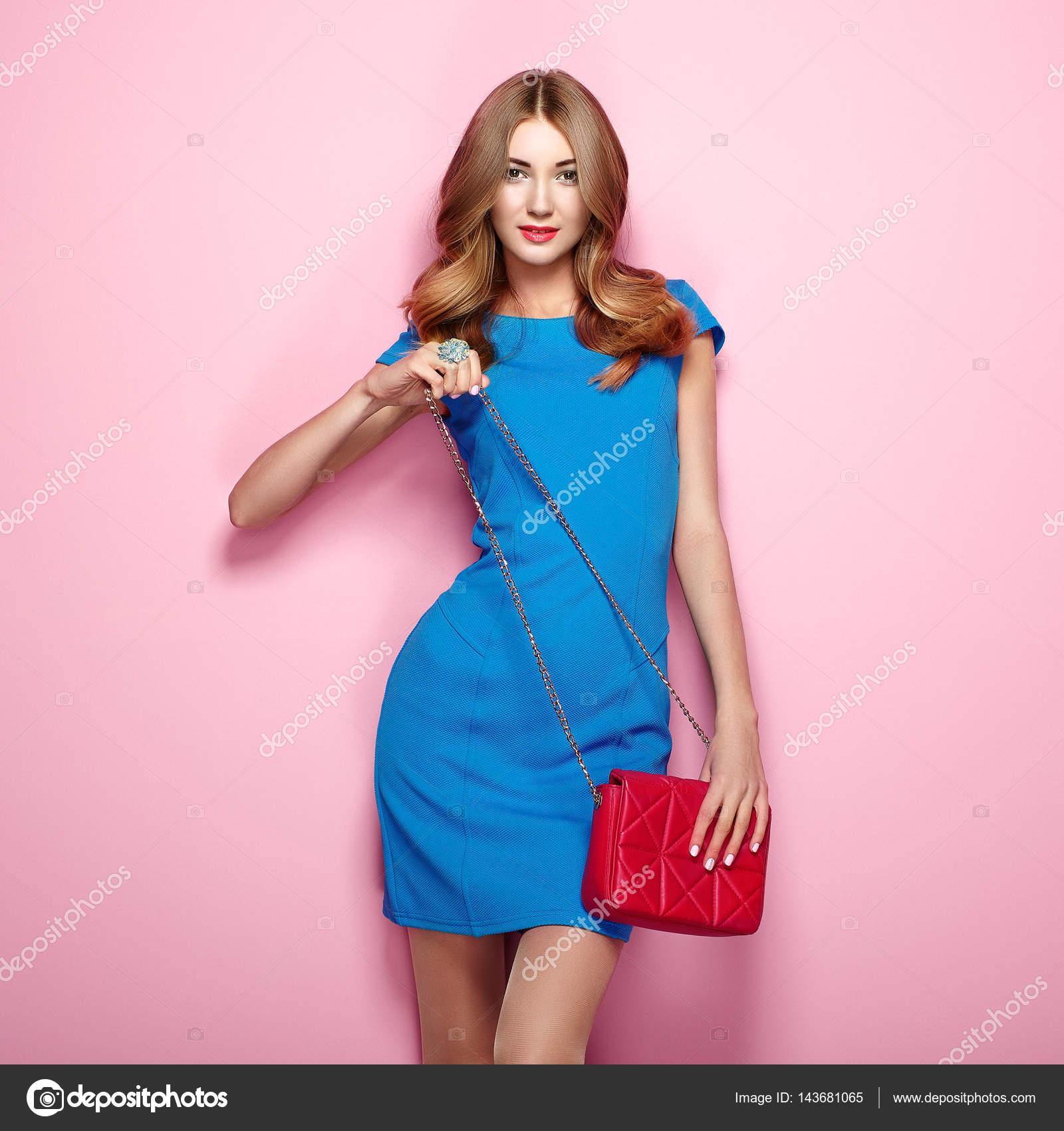 5af702578806 Giovane donna bionda in vestito blu elegante — Foto Stock ...
