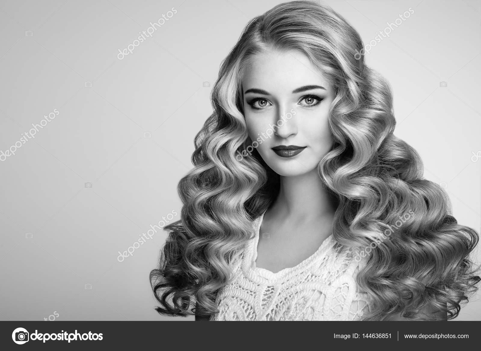 Noir Et Blanc Photo De Belle Femme Avec Une Coiffure Elegante