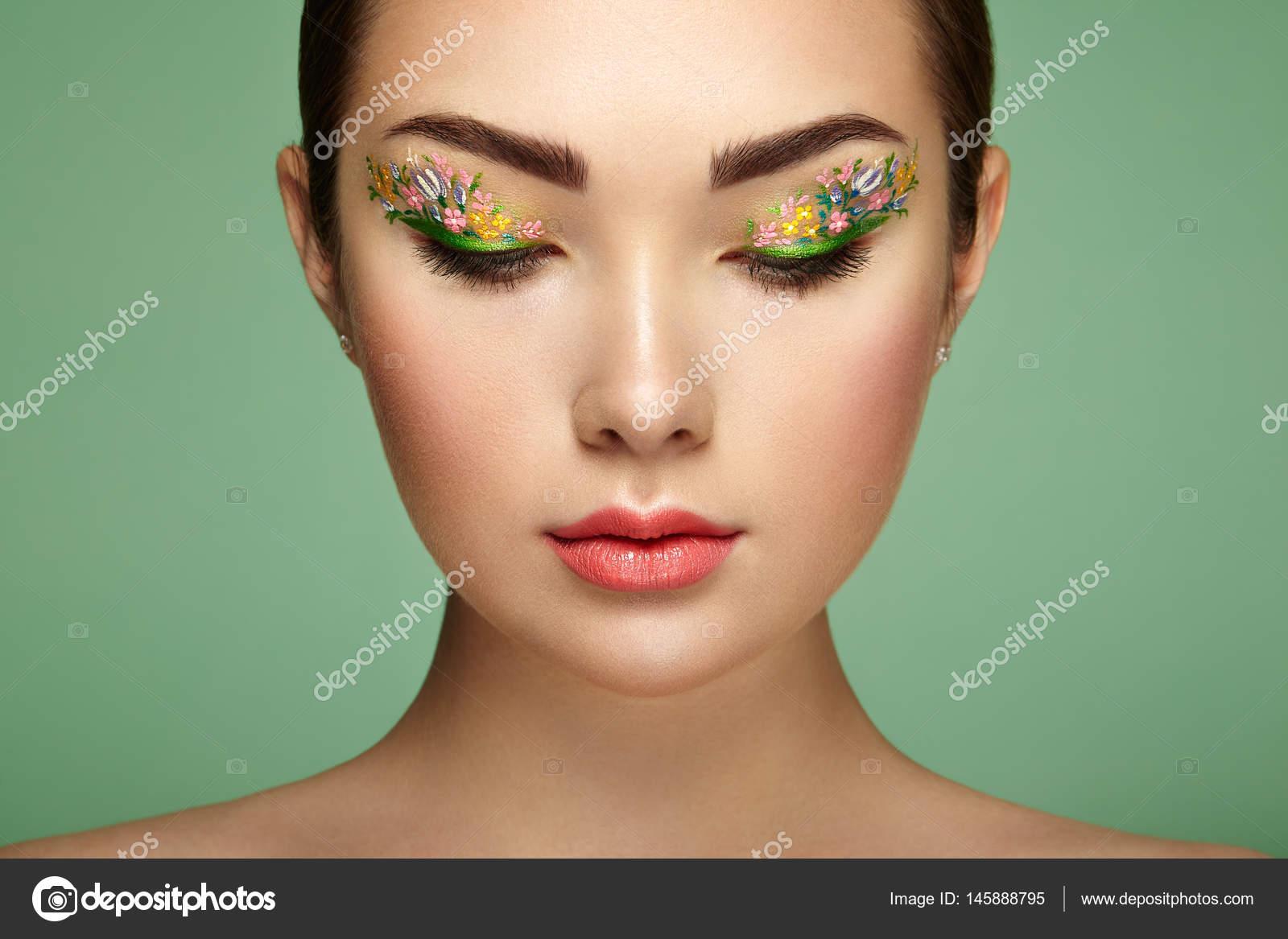 Belle Jeune Femme Avec Des Yeux Maquillage Fleur Photographie