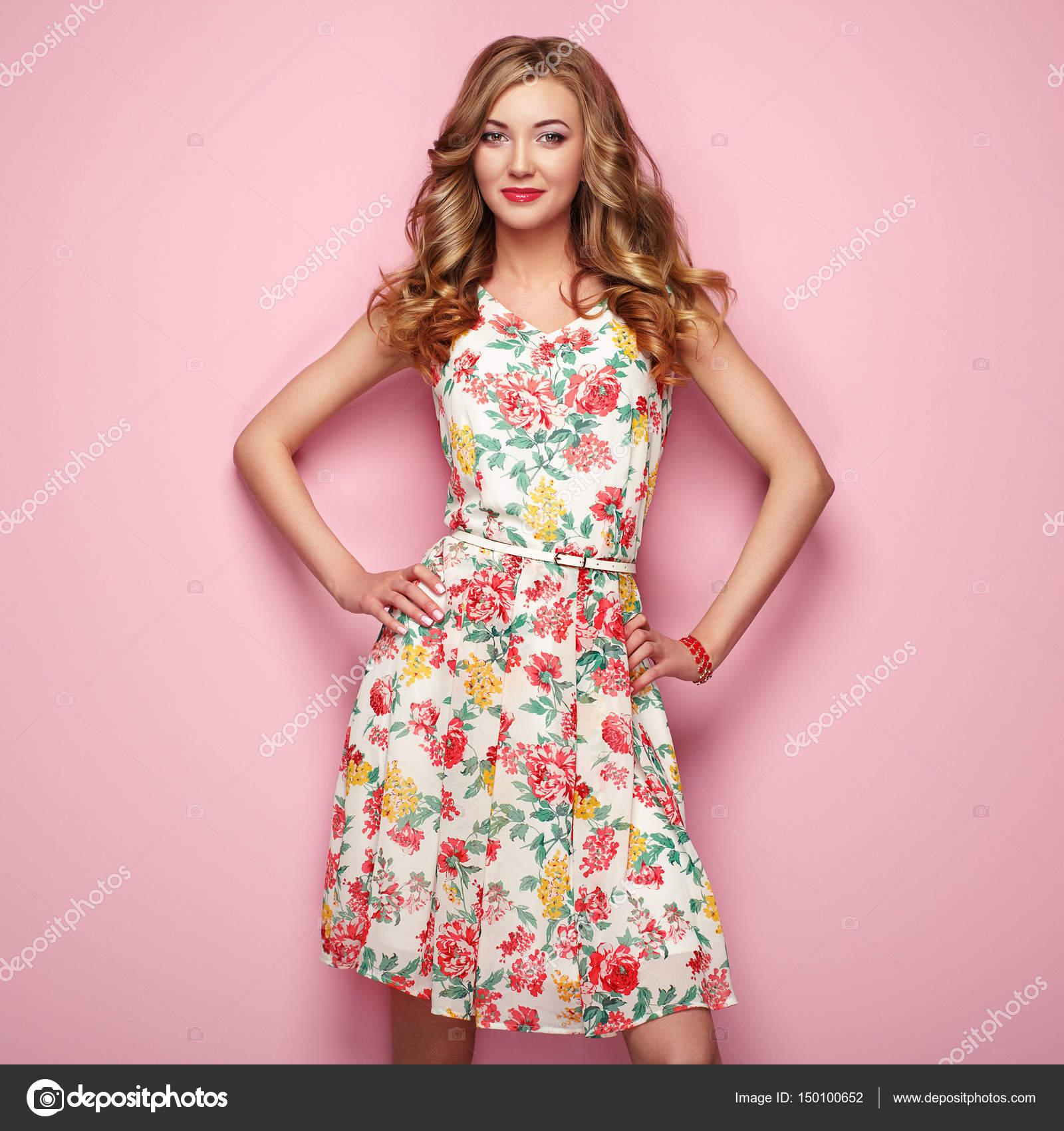 Joven rubia en vestido de flores primavera verano — Fotos de Stock ...