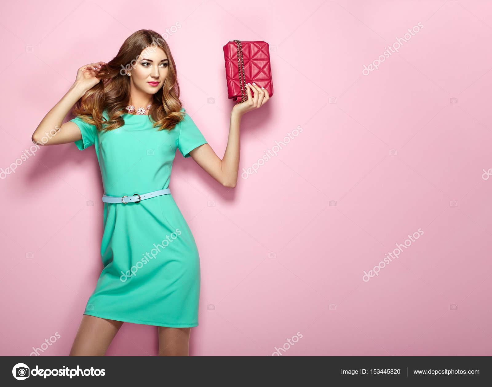 c0a3783dfd46 Giovane donna bionda in vestito verde elegante — Foto Stock ...