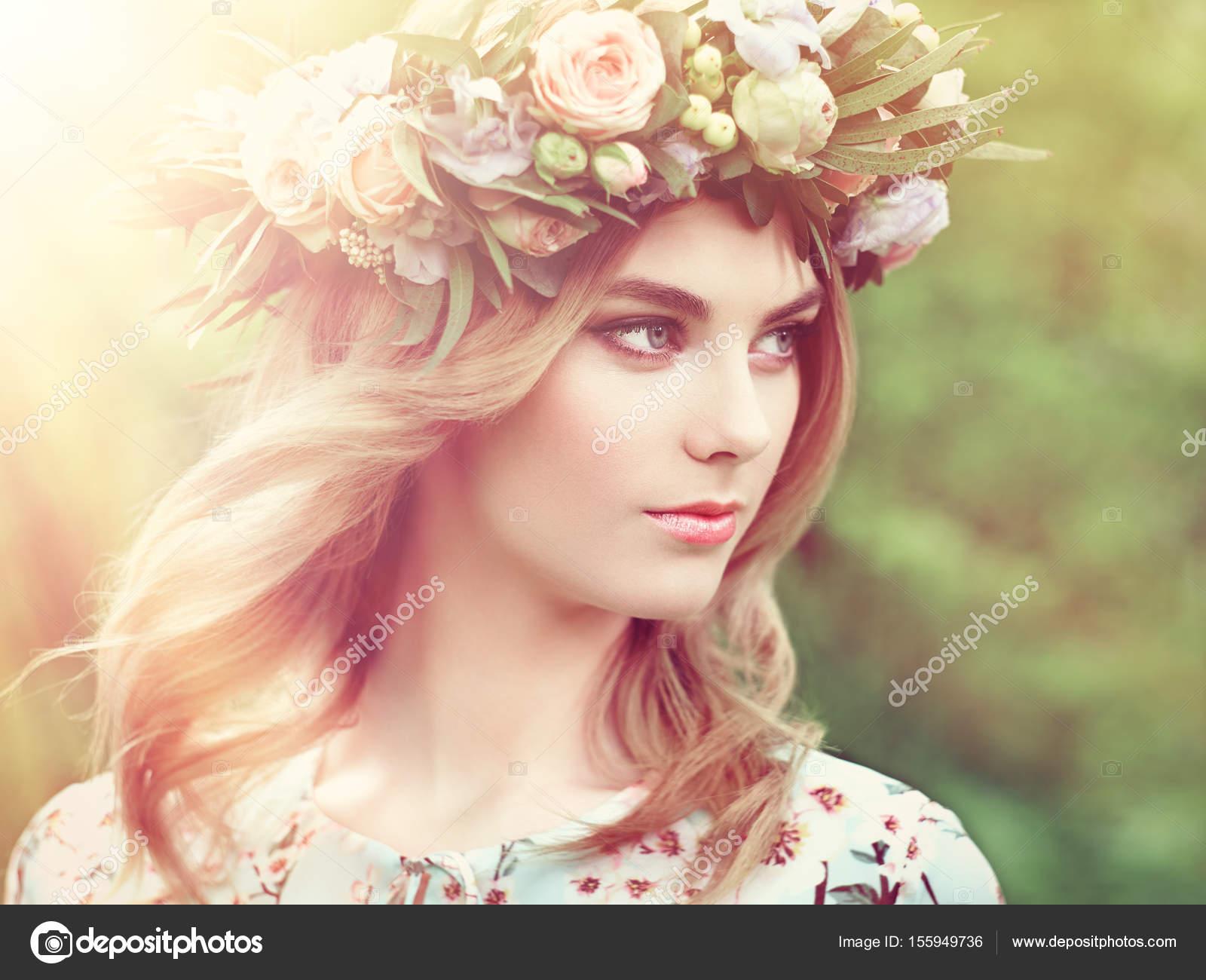 Belle Femme Blonde Avec Une Couronne De Fleurs Sur La Tete