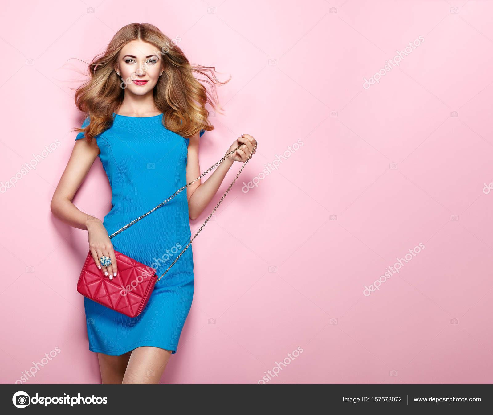 Joven rubia en vestido azul elegante — Foto de stock © heckmannoleg ...