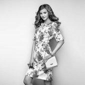 Blondýnka mladá žena v květinové letní šaty