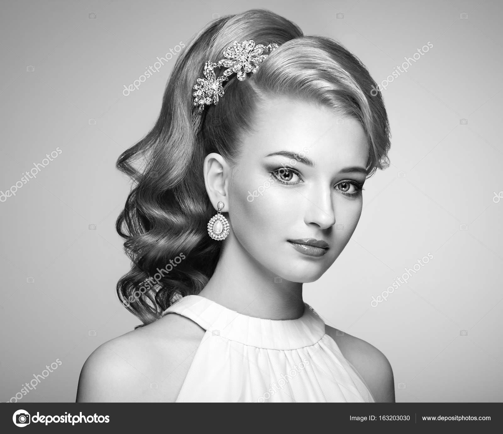 Mode Portrait De Belle Jeune Femme Avec Une Coiffure Elegante