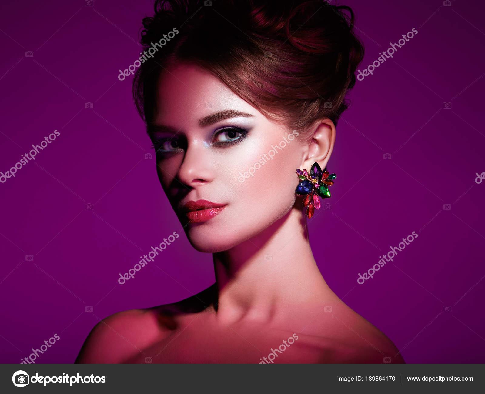 Femme Brunette Avec Une Coiffure Elegante Photographie