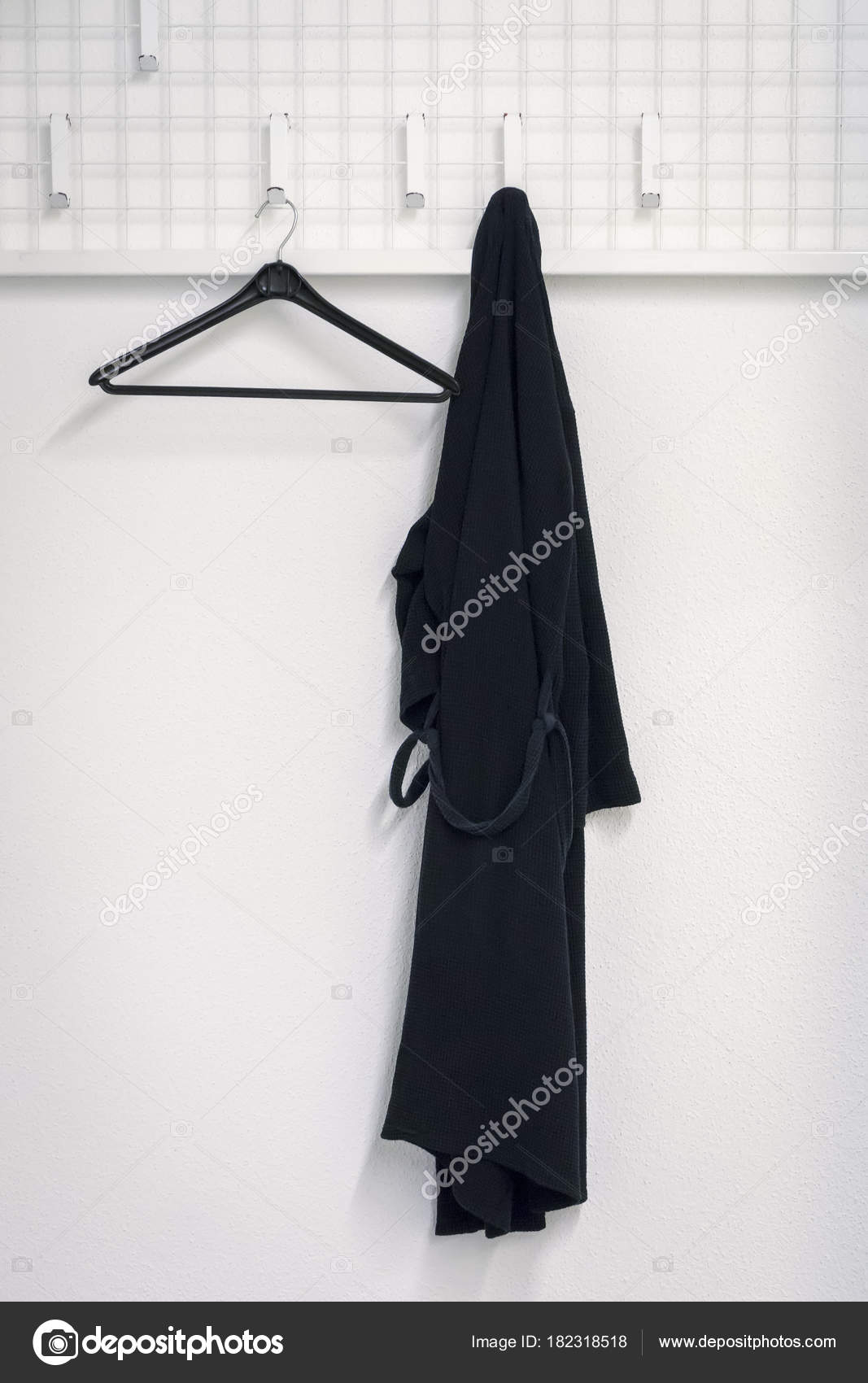 Un Accappatoio Nero è Appeso Allu0027armadio U2014 Foto Stock