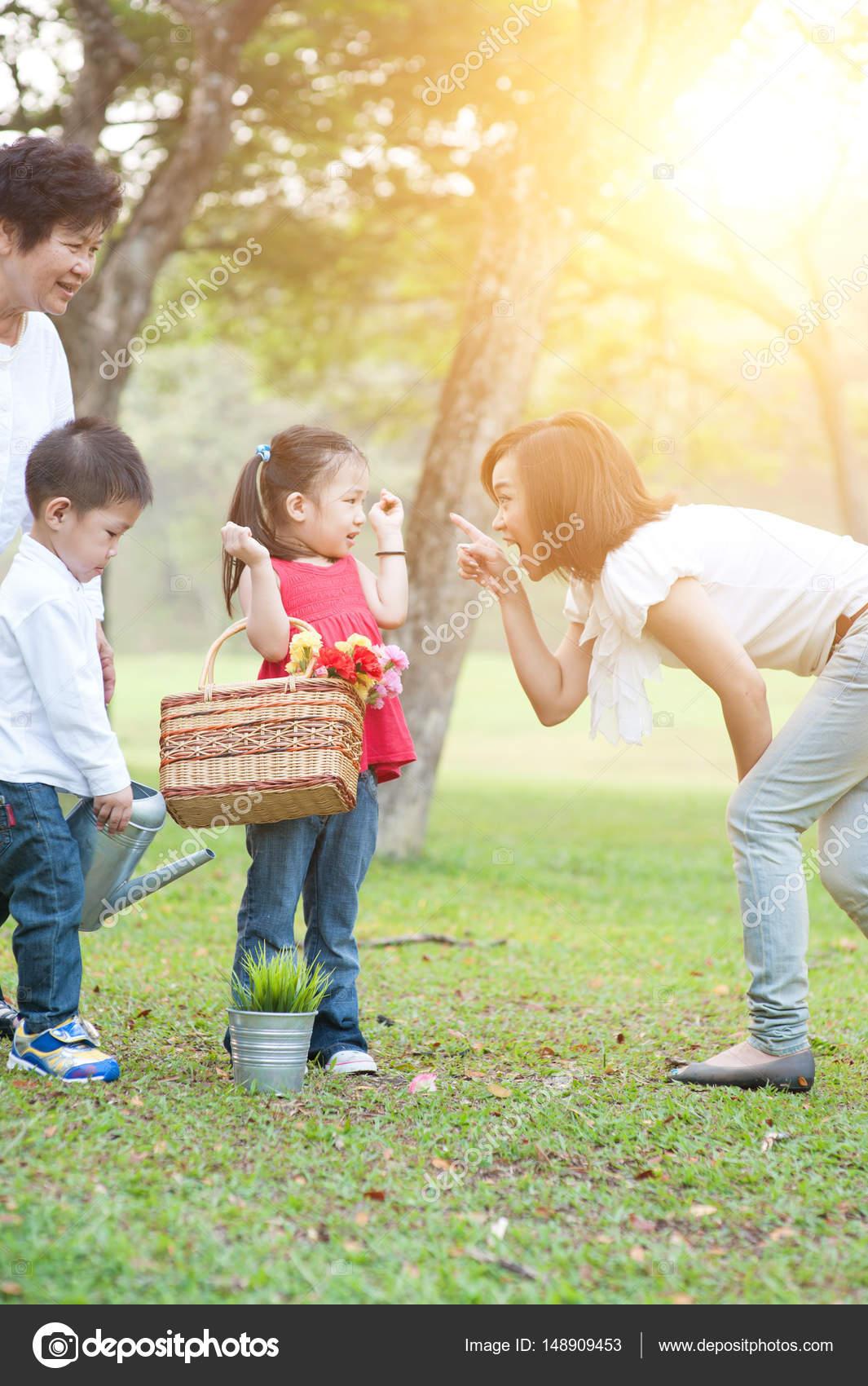 c591d9961a8 Αυθεντικές πορτρέτο του happy πολλαπλών γενεών ασιατικής οικογένειας στο  πάρκο. Γιαγιά, μητέρα και τα παιδιά υπαίθρια διασκέδαση. Το πρωί ήλιος  φωτοβολίδα ...