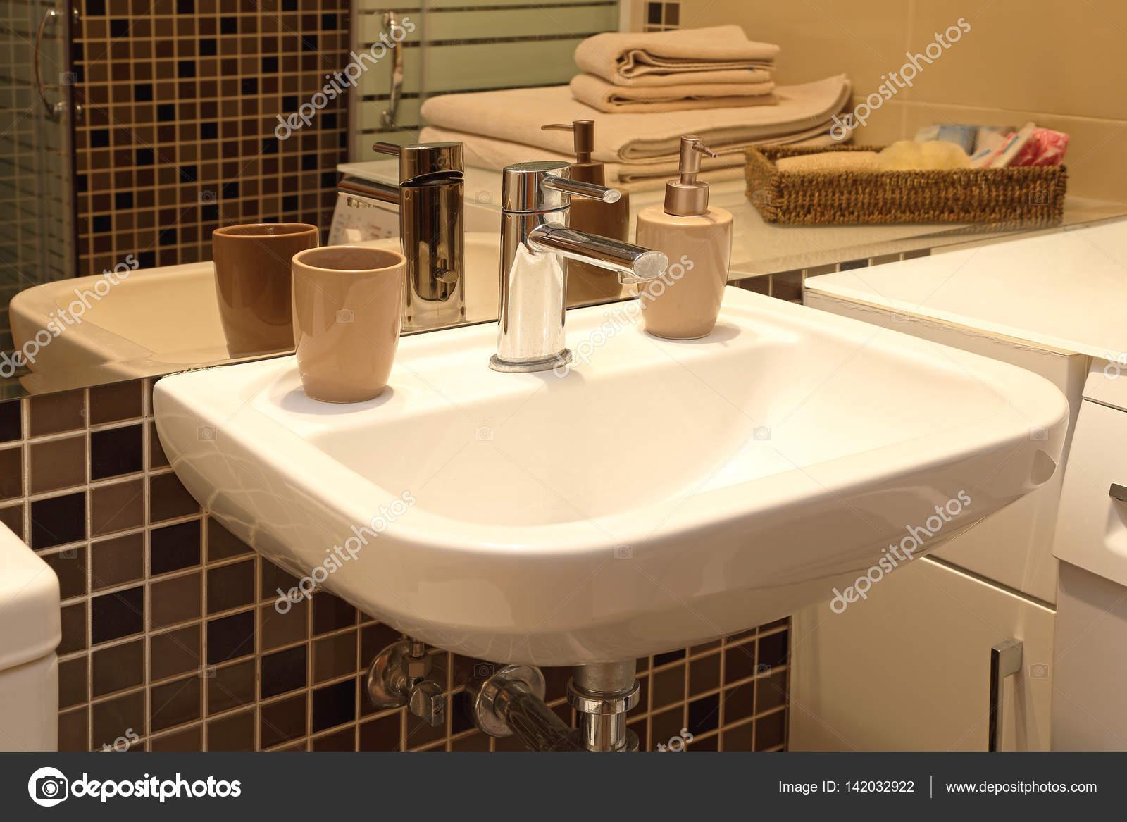moderne badkamer wastafel — Stockfoto © Baloncici #142032922