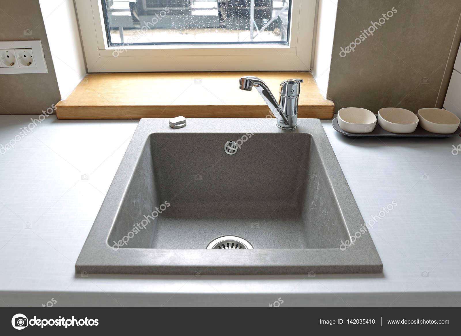 Lavello in pietra in cucina — Foto Stock © Baloncici #142035410
