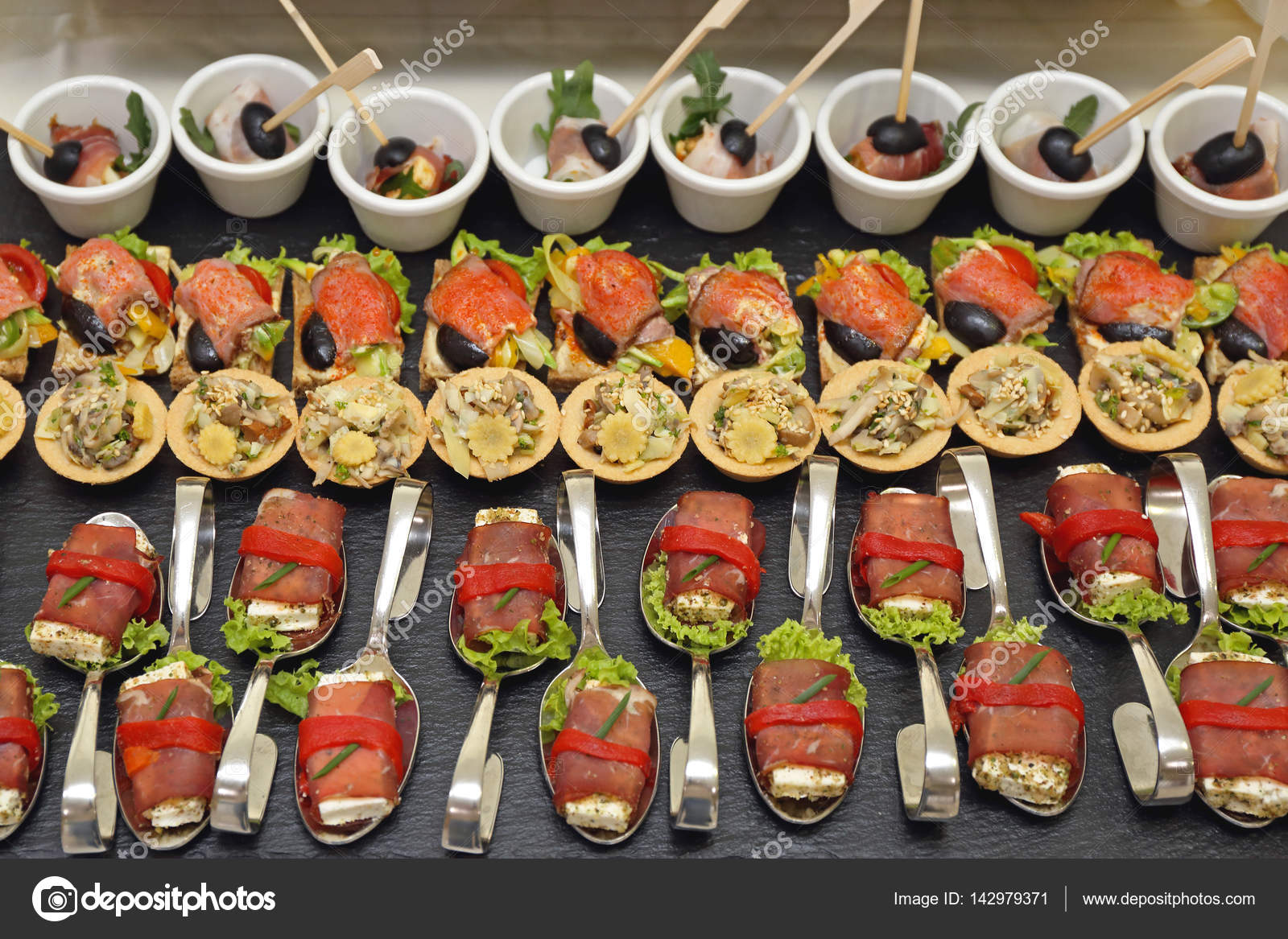 depositphotos_142979371-stock-photo-party-food-canapes.jpg