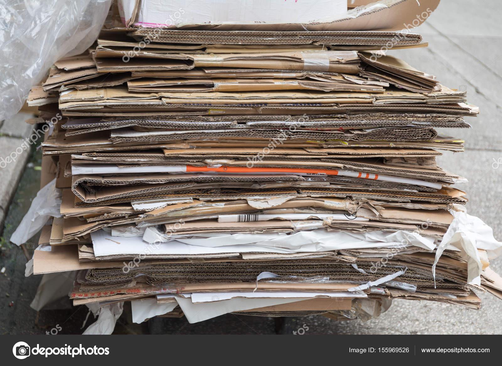 reciclaje de papel cart n fotos de stock baloncici. Black Bedroom Furniture Sets. Home Design Ideas