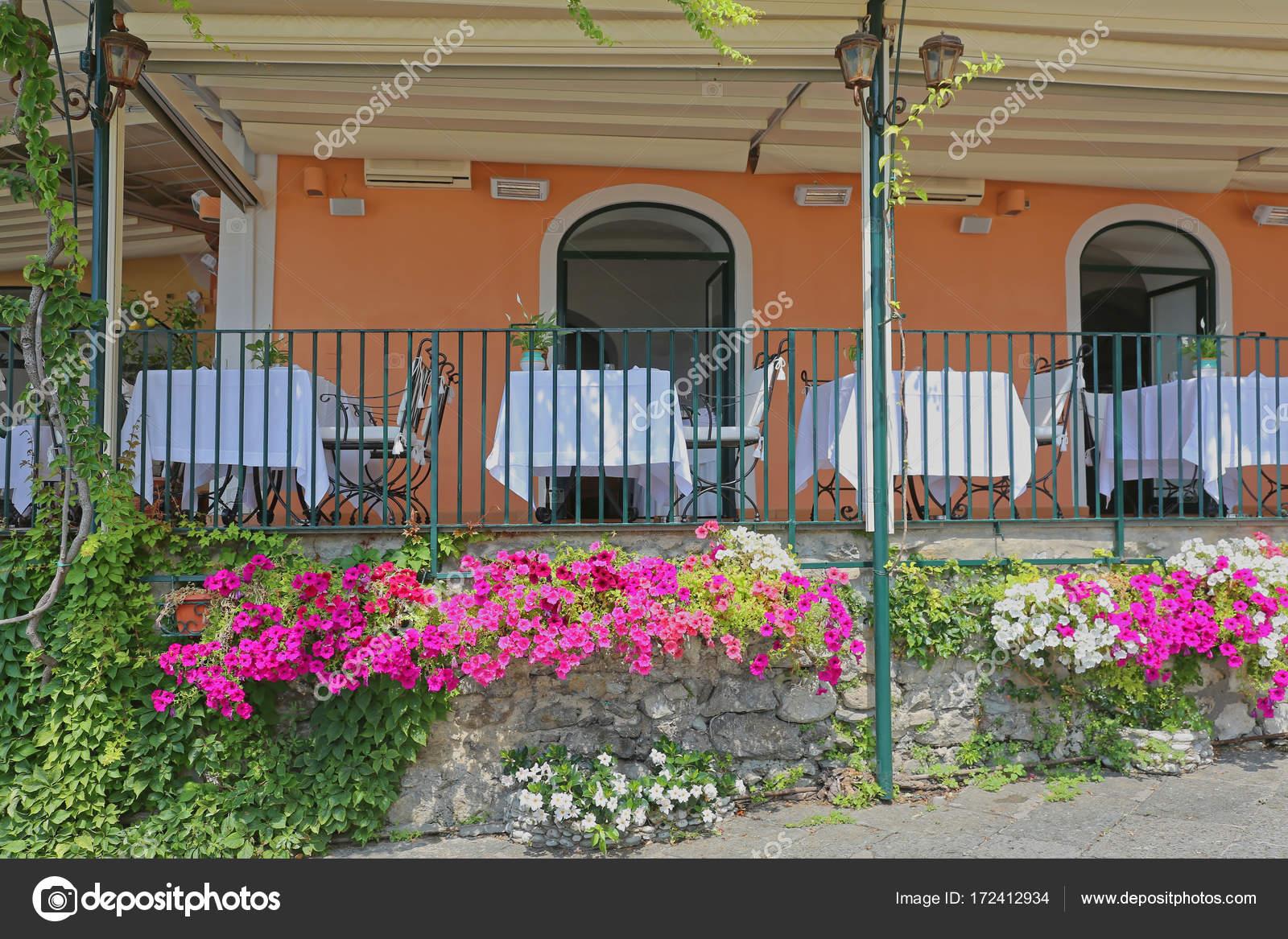 Ristorante con terrazza all\'aperto — Foto Stock © Baloncici #172412934