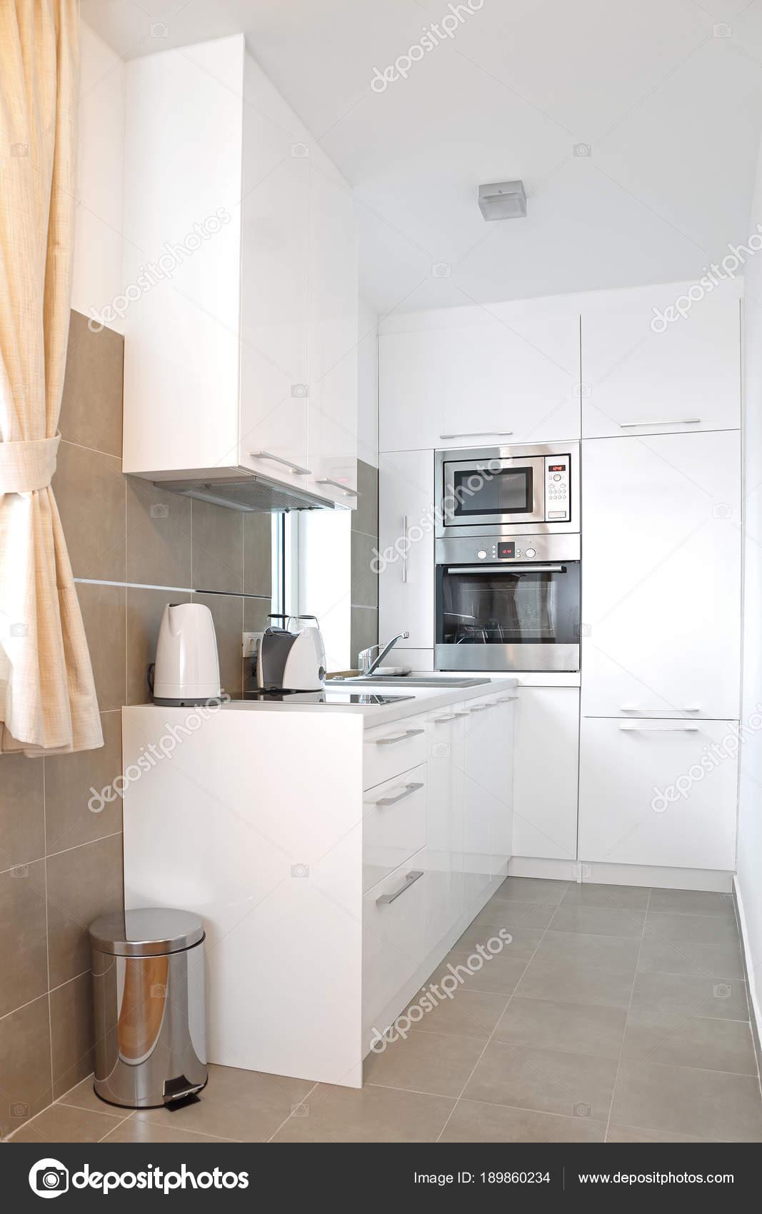 Cocina blanca pequeña — Fotos de Stock © Baloncici #189860234