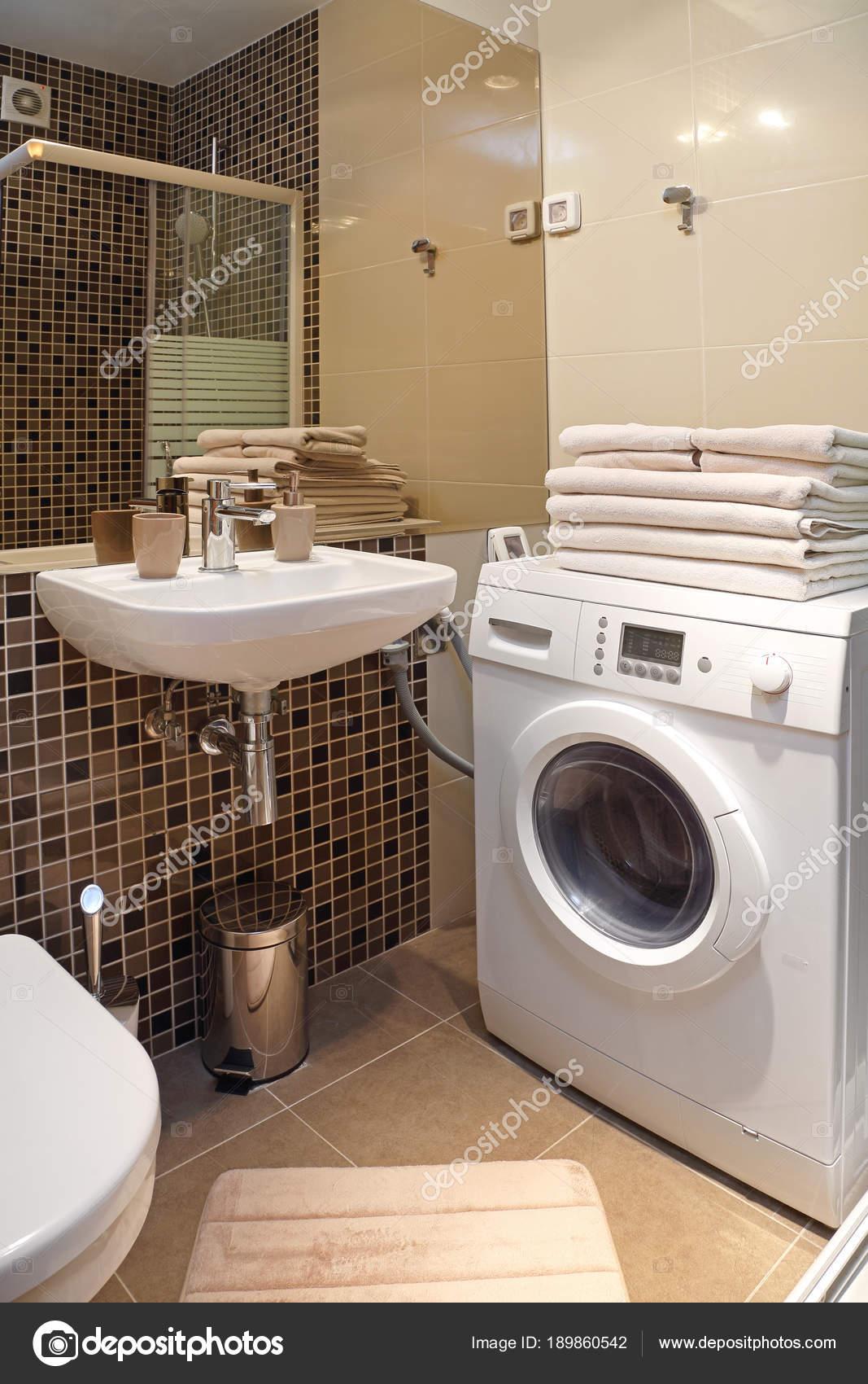 Moderne badkamer met wasmachine — Stockfoto © Baloncici #189860542