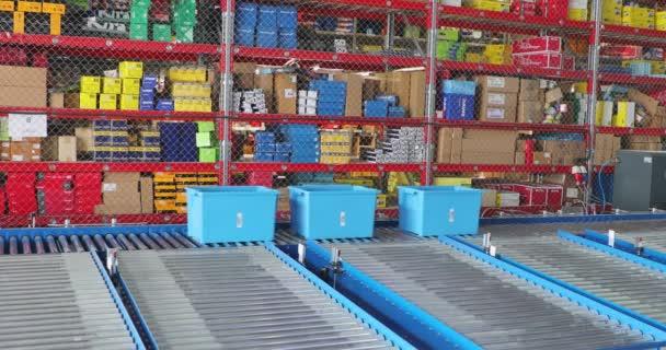Szállítódobozok a szállítószalagnál a disztribúciós raktárban