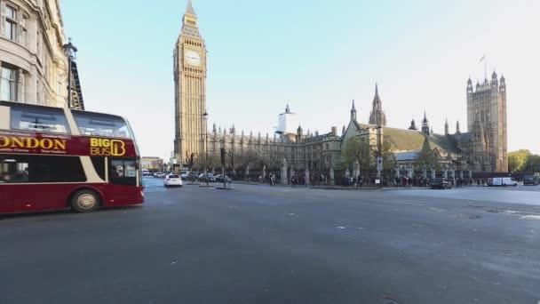 Londýn, Velká Británie - 20. listopadu 2013: Houses of Parliament Intersection Day Traffic in London, UK.