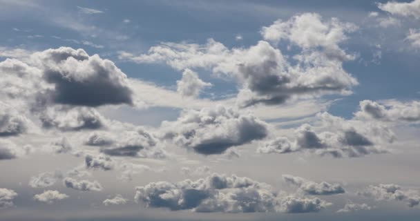 Mnoho mraků na zimní slunečný den Obloha oblačnost