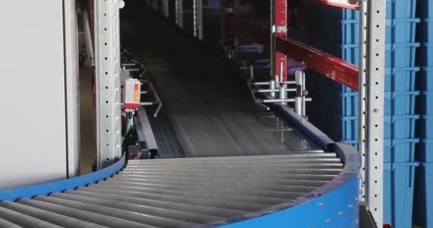 Szállítás műanyag doboz a szállítószalagnál Szállítás a disztribúciós raktárban