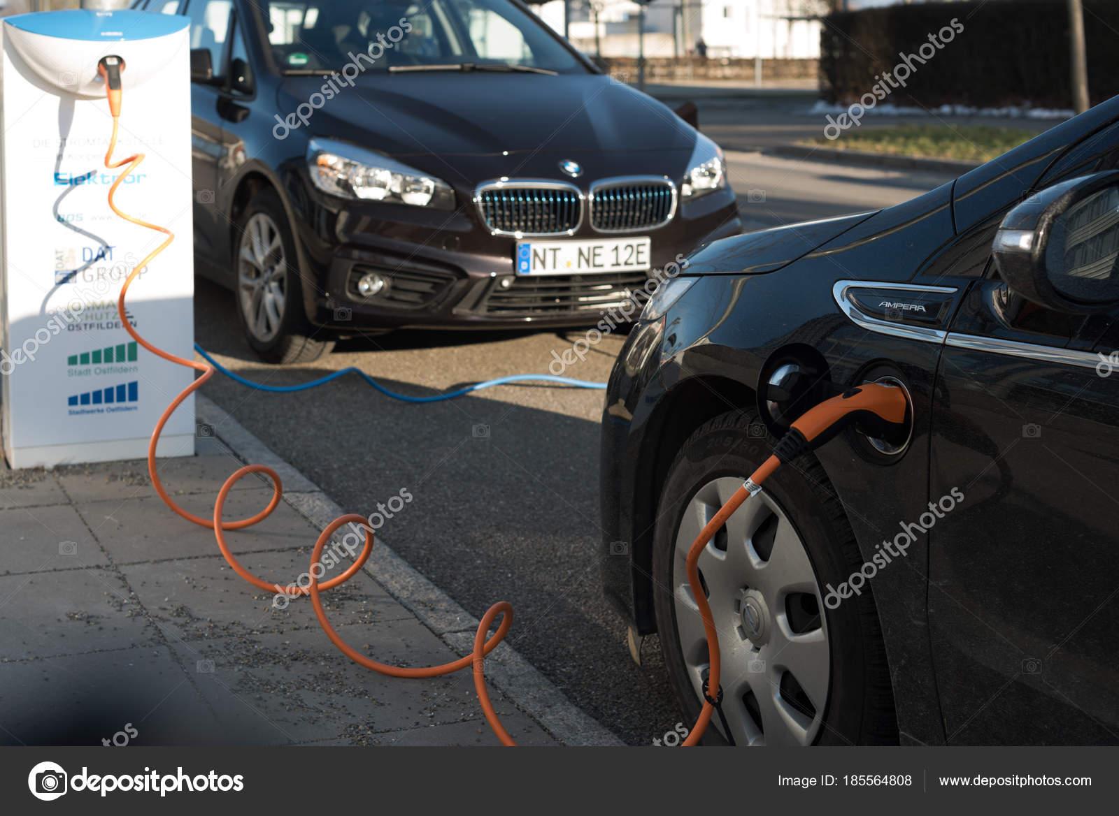 Bmw I En Elektrische Auto S Van Opel Ampera Wordt Opgeladen