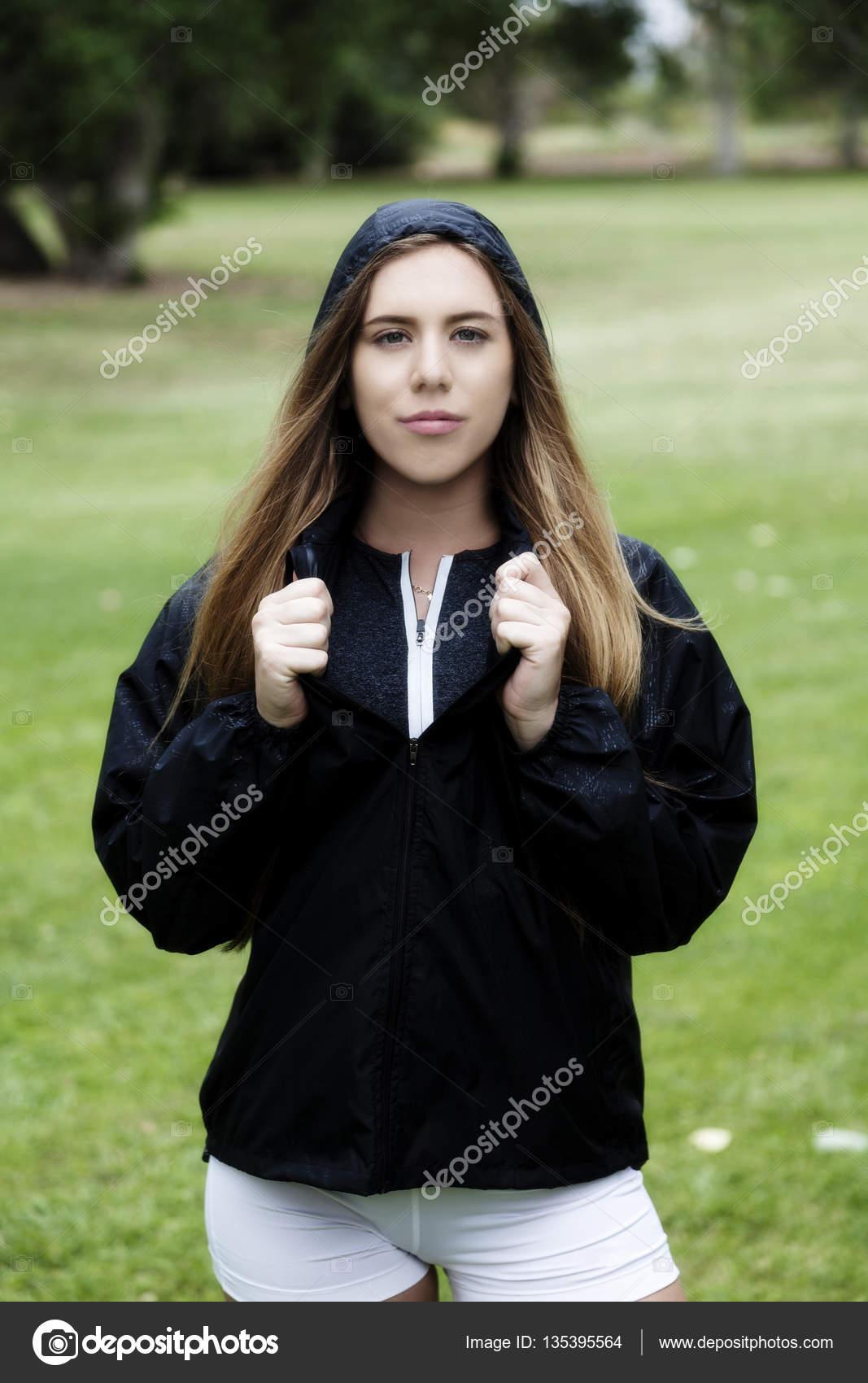 Blonde Frau, die Kaukasische Outdoor Hose und Jacke