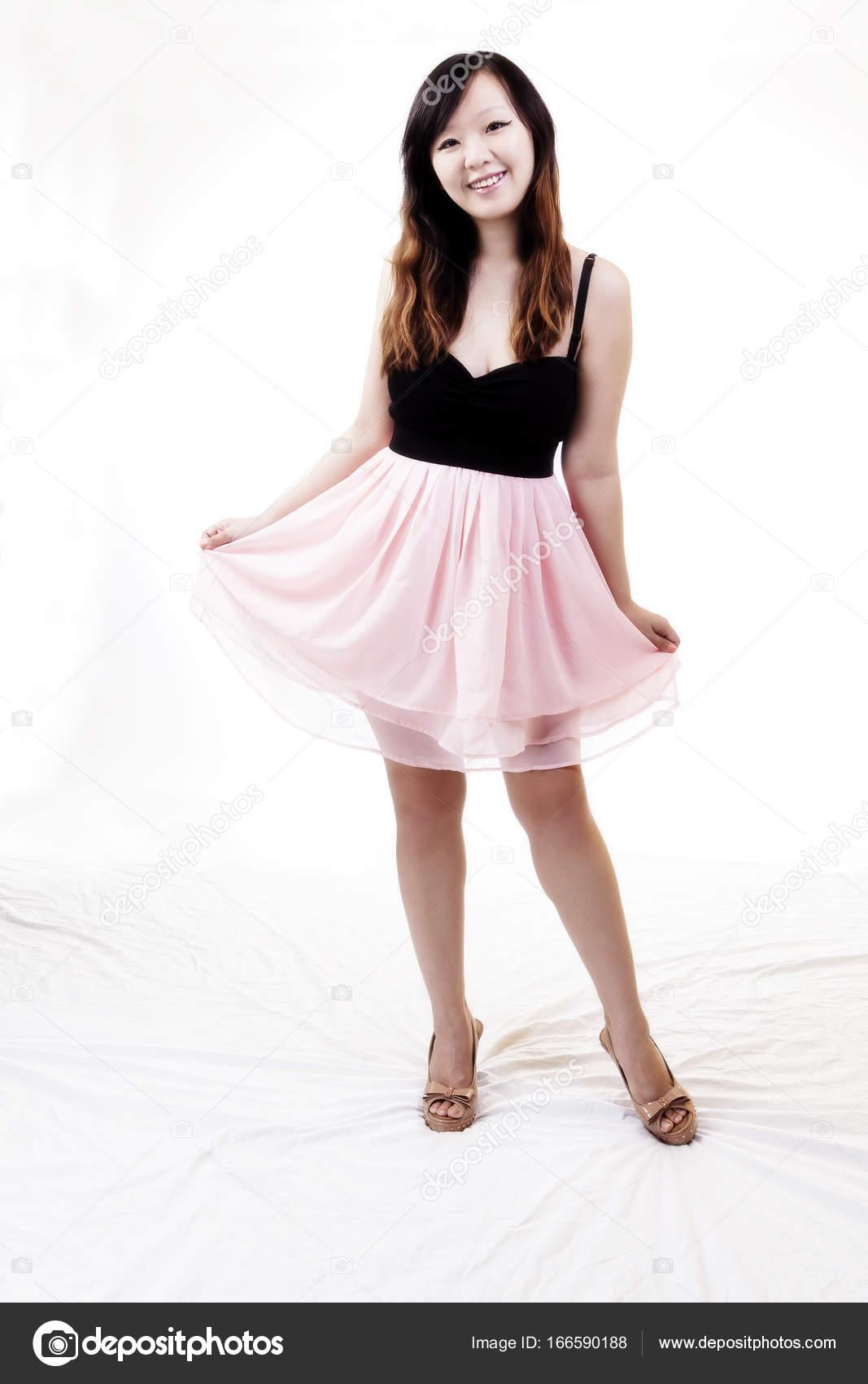 super popular 101d2 9bda2 Donna americana cinese in piedi In vestito rosa e nero ...