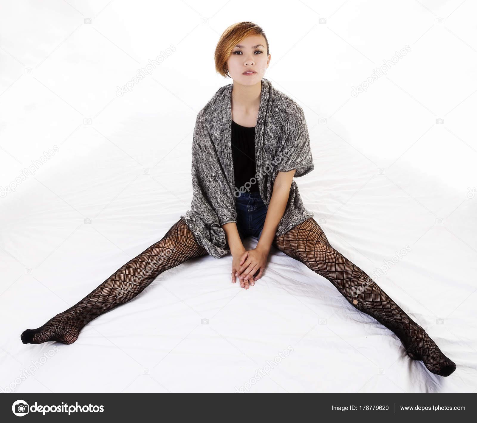 Женщина в ажурных чулках