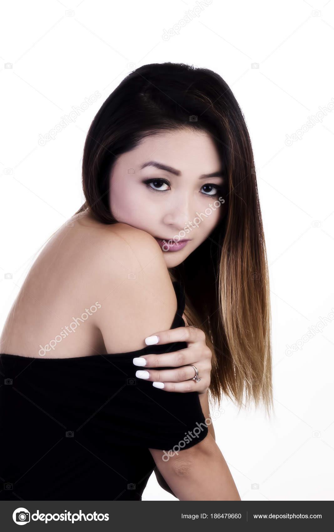 Atractivo asiático americano mujer con vestido de hombro descubierto ...