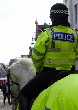 Polis kadın şehir merkezinde monte