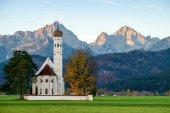 wunderschöne Aussicht auf die St.Kolumbianische Kirche in Oberbayern, Bayern, Deutschland