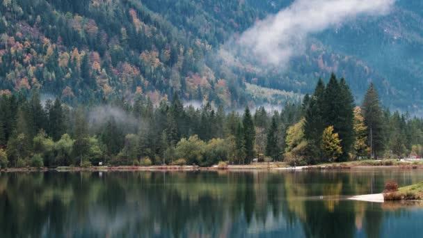 wunderschöner Herbstmorgen am Hintersee der bayerischen Alpen an der österreichischen Grenze, Deutschland, Europa