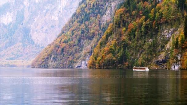 Touristischen Boot am alpine Mountain Lake, Info, Bayern, Deutschland