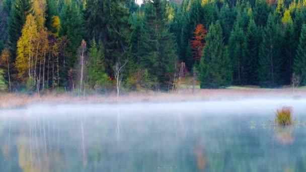Geroldseeblick im Herbst mit nebligem Sonnenaufgang in den bayerischen Alpen, Bayern, Deutschland.