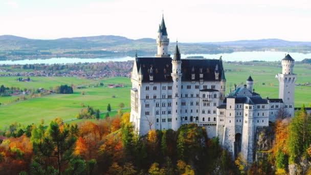 schöner Blick auf das Schloss Neuschwanstein im Herbst