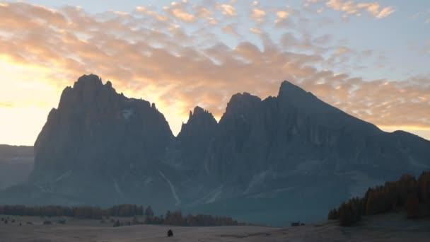 surise in seiser alm plateau mit langkofelgruppe, südtirol, italien