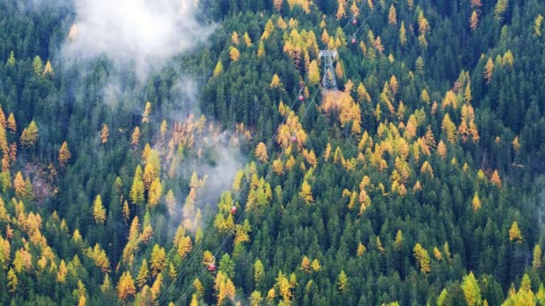Erdei fák, felhők és a köd-köd és a piros sífelvonó a Dolomitok Dél-Tirol, Olaszország