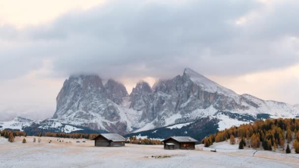 Seiseralm mit Langkofelgruppe nach Sonnenaufgang, Südtirol, Italien